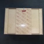 Der Koffer mit Anleitung gedruckt auf dem Deckel